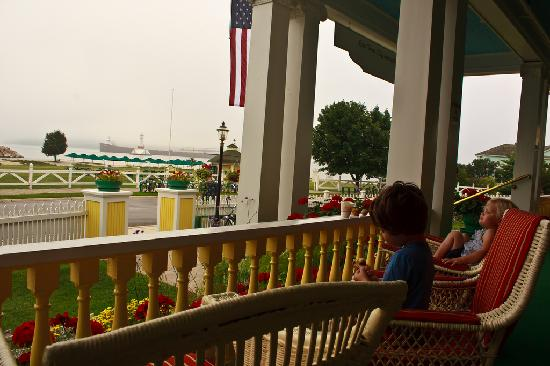 Windermere Hotel: Kids on the porch as a freighter approaches