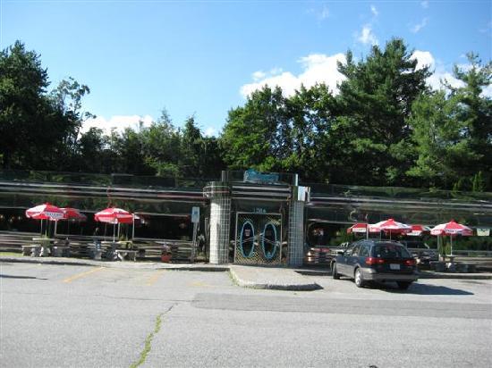 Troy's 105 Diner : Street shot of Troy's