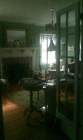The Carlton Inn Bed & Breakfast: View into the living room.