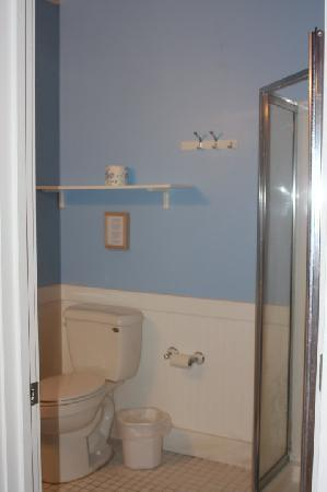 Blue Door Cottages: Fresh Bathroom