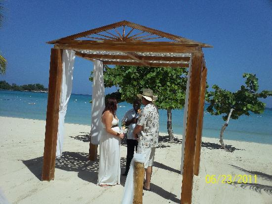 Couples Negril : Vow Renewal on the beach
