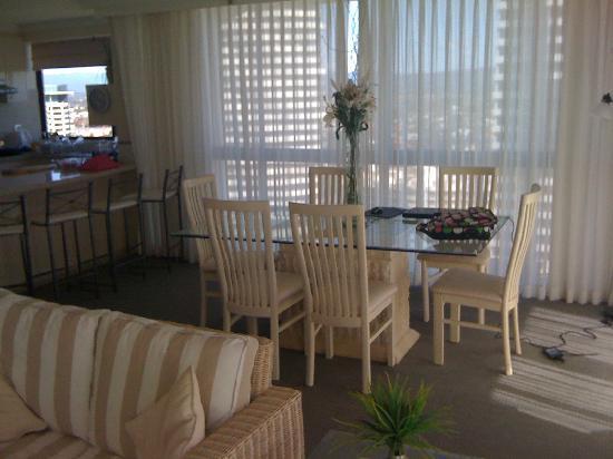 ULTIQA Beach Haven on Broadbeach: Kitchen/dining/lounge apartment 22D