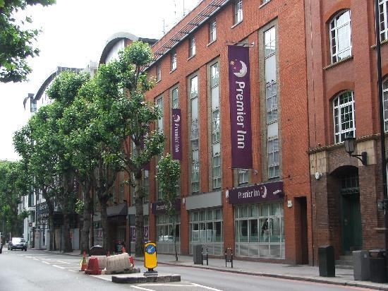 Premier Inn London Tower Bridge Hotel: Hotel from Tower Bridge Road