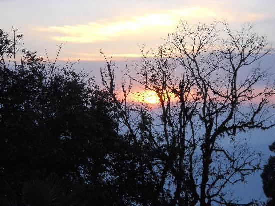 Darjeeling Tourist Lodge: Sunrise from DTL -- Great view on clear mornings
