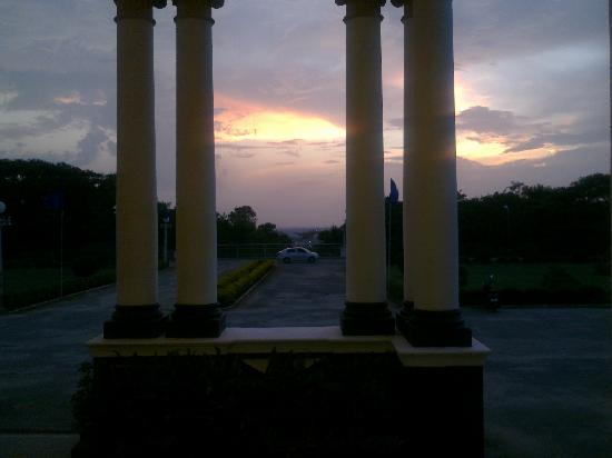 Lalitha Mahal Palace Hotel: evening view from the hotel