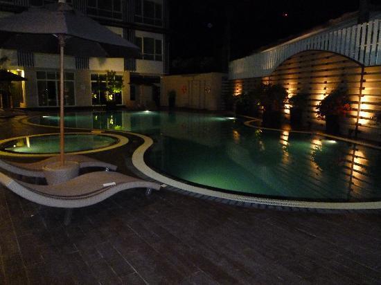 A-Te Chumphon Hotel: 夜のプールも 素敵ですよ
