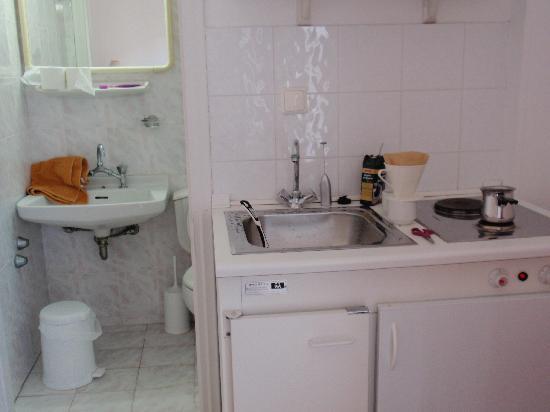 Hotel Damo: Kitchen and toilet