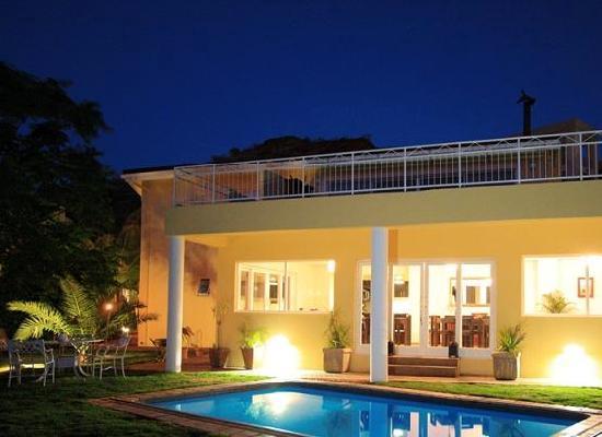 Villa Moringa Guesthouse : At night.