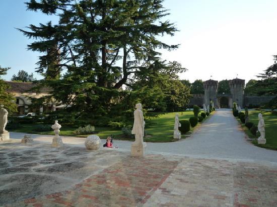 Roncade, Italy: Garden and gate