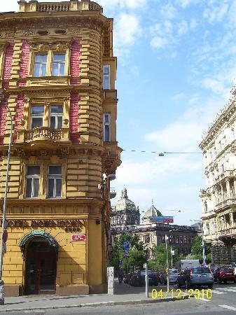 EA Hotel Downtown: Boa localização, quase no topo da Praça Wenceslau e Museu Nacional