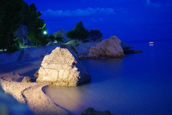Abuelas Beach House: Night View