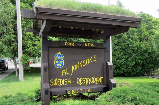 Al Johnson's Swedish Restaurant & Butik : Even the sign has a grass roof
