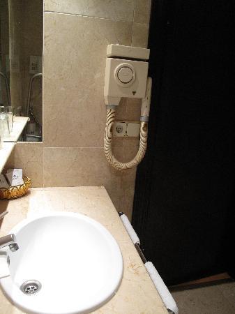 Hotel Atlantis: Lavandino e asciugacapelli