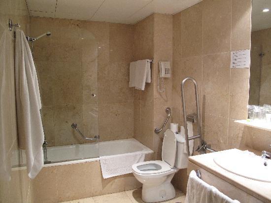 Hotel Atlantis: Bagno con vasca/doccia