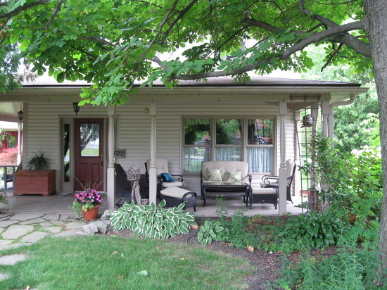 Dietsch's Empty Nest Bed and Breakfast: A relaxing front porch