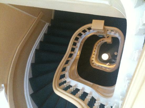 Hotel Ambrose: Beautiful staircase