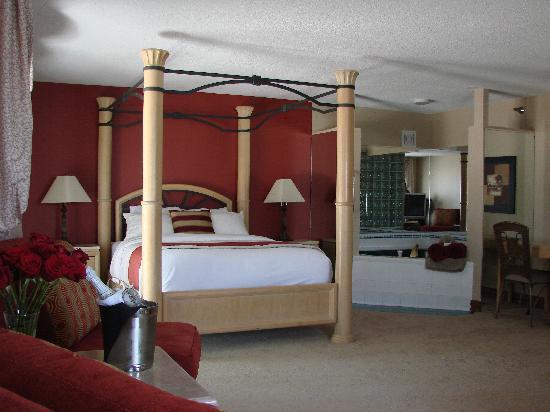 Riverport Inn Express Suites: The Grand Suite