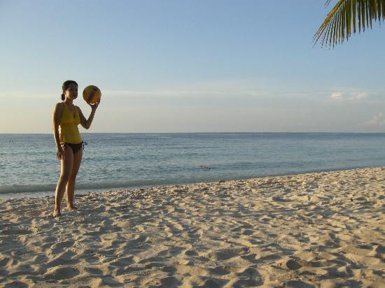 Amarela Resort: playing volleyball at the beach