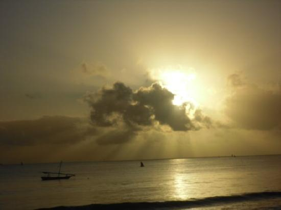 Kipepeo Beach Village: Dawn on the beach