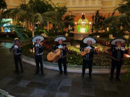 Iberostar Grand Hotel Paraiso: Band paying Mariachi