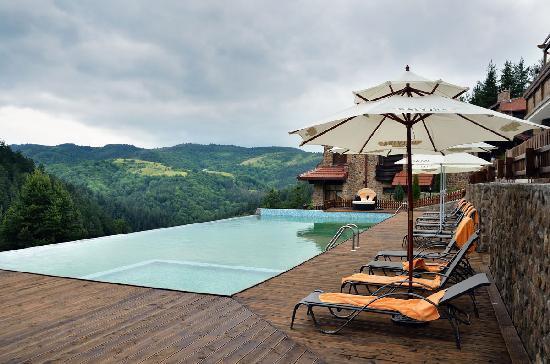 Aurora Resort & Spa: Pool / lounge area