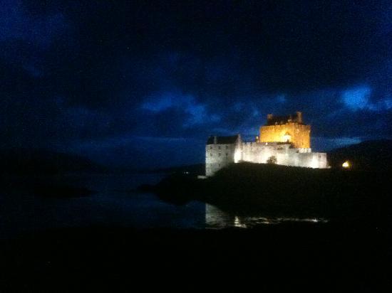 Dornie, UK: Eilean Donan Castle at night