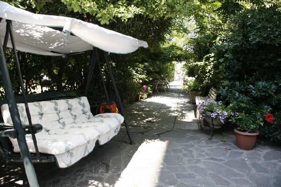 Hotel La Perla: giardinetto