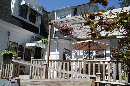 Belgravia Bed & Breakfast : Enjoy the sunshine on the private back deck