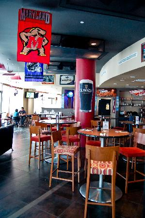 Frank & Nic's West End Grille: Main Bar