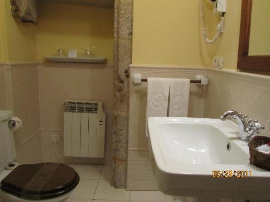 Hotel Airas Nunes: bathroom; a little dirty but not bad