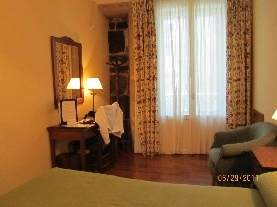 Hotel Airas Nunes: balcony and desk