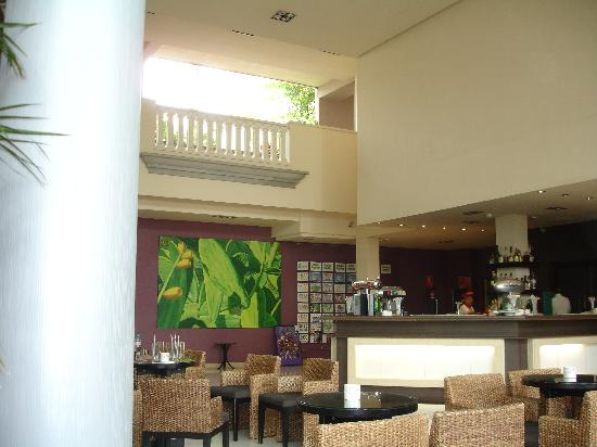 Marylanza Suites & Spa: lobby bar
