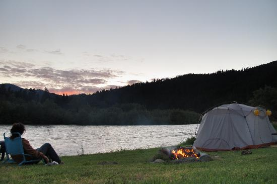 Klamath River Resort Inn: ...we agree! our tent site by the river.