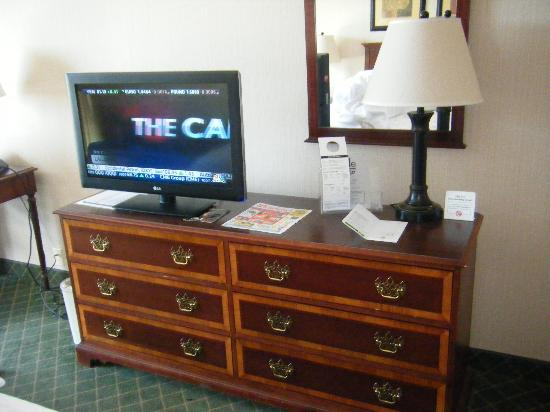 Holiday Inn Buffalo Downtown: TV/Dresser Area