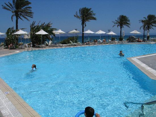 Zorbas Beach Hotel: Pool und Meer