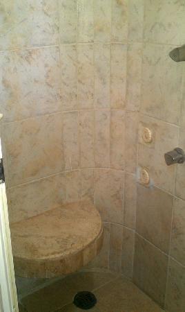 """Hotel Maison del Embajador : Asiento en la ducha, el """"hidromasaje"""""""