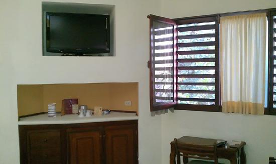 Hotel Maison del Embajador: Televisión por cable y nevera