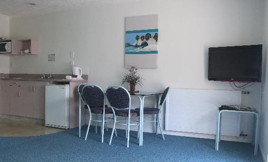 ASURE Palm Court Rotorua: One bedroom suite lounge