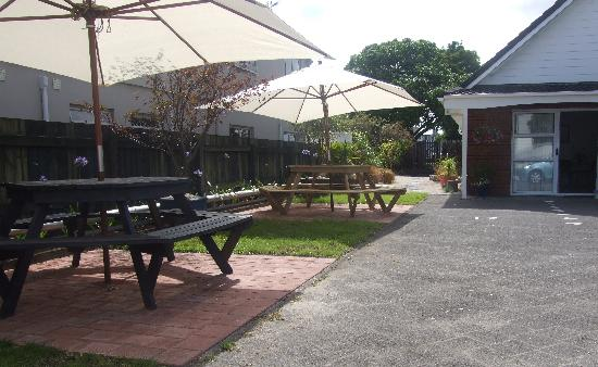 ASURE Palm Court Rotorua: Barbecue area and walkway to race course
