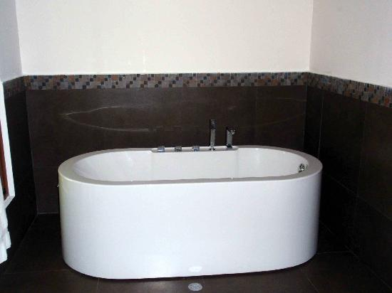 Casa Grande Bambito Highlands Resort: Tub in G2 Bathroom