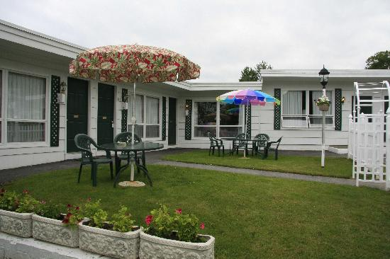 Claddagh Motel & Suites: Outside the rooms