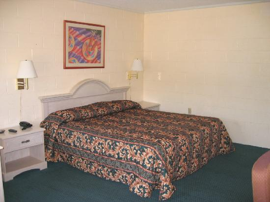 Deluxe Inn: King Room