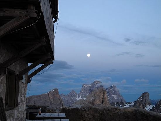 Rifugio Nuvolau: Sunset and moonrise amidst the peaks