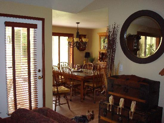 Hanson House Bed & Breakfast: Get ready to feast in the lovely dining area