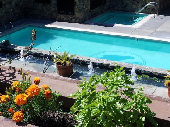 Fountaingrove Inn: Pool from above
