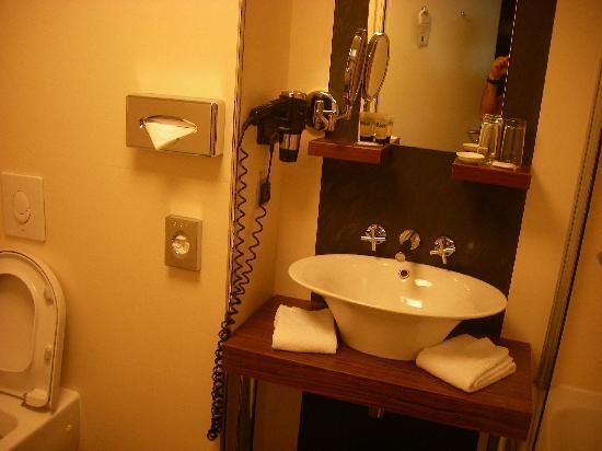 Hotel Avalon: pica del lavabo ,cuidado con los estantes