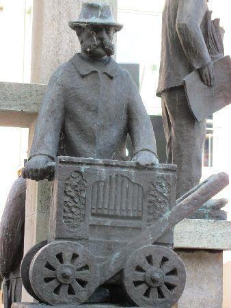 """Kornmarkt mit Kornmarktbrunnen: """"Gosling"""" Franz Ganz"""