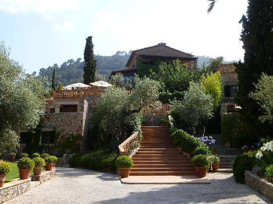 Valldemossa Hotel: Hotel from approach