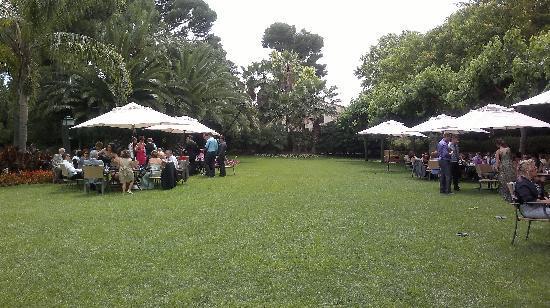 Hotel Mas la Boella: aperitivo en elk jardin