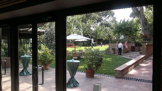 Hotel Mas la Boella: Vidriera del comedor.